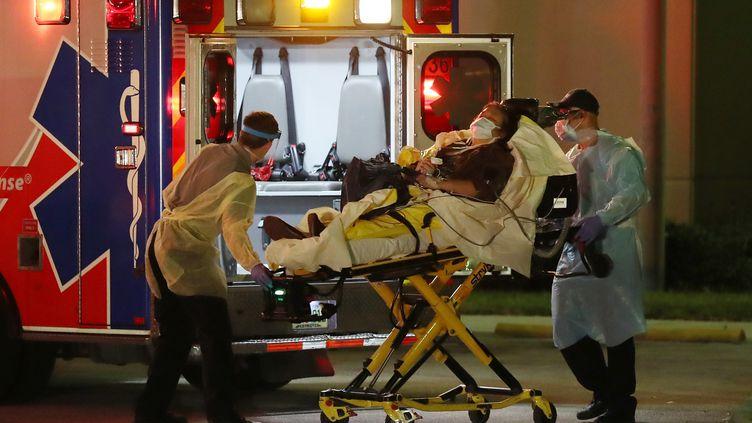 Un patient est pris en charge par une ambulance, le 2 avril 2020 à Fort Lauderdale (Floride). (JOE RAEDLE / GETTY IMAGES NORTH AMERICA / AFP)