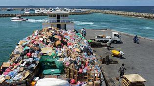 Des ordures arrivent par bateau sur l'île de Thilafushi aux Maldives (ROBERTO SCHMIDT / AFP)