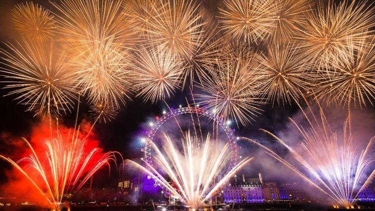 Le feu d'artifice à Londres (Royaume-Uni), le 1er janvier 2020, avant la pandémie de Covid-19 et les restrictions sanitaires. (VICKIE FLORES / ANADOLU AGENCY / AFP)