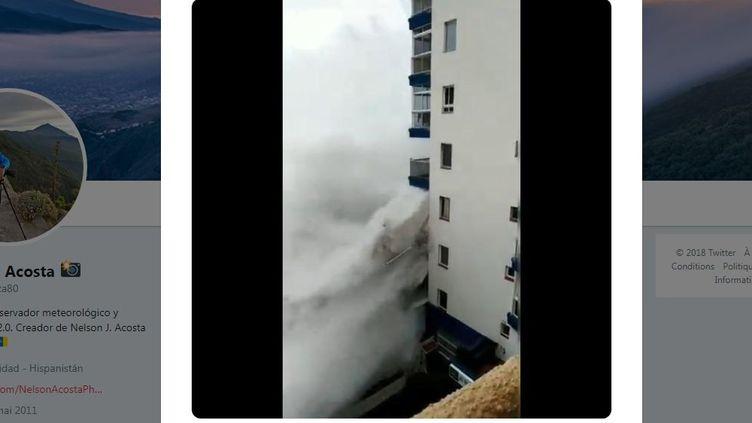 Des vagues s'abattent sur un immeuble, situé au nord de Tenerife, dans les Canaries (Espagne), samedi 18 novembre 2018. (NELSON ACOSTA / TWITTER)