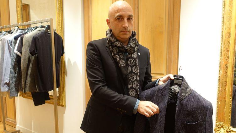 Philippe Paubert présente la collection pap automne-hiver 16-17, à Paris : il explique les codes de la marque sur ce manteau  (Corinne Jeammet)