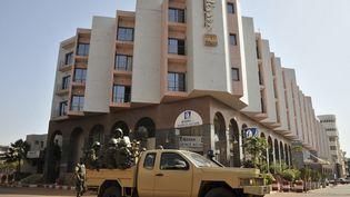 Des soldats maliens postés devant l'hôtel Radisson Blu à Bamako (Mali), le 21 novembre 2015. (HABIBOU KOUYATE / AFP)