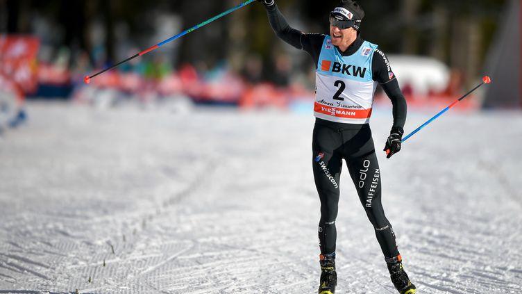 Dario Cologna célébrant une victoire en 15km. (FABRICE COFFRINI / AFP)