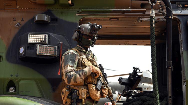 Un militaire de l'opération Barkhane au Mali, devant un hélicoptère, sur une base de Gao, le 24 février 2019. (ALAIN JOCARD / AFP)