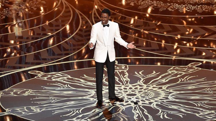 Chris Rock présente la 88e cérémonie des Oscars sur la scène du théâtre Dolby le 28 février 2016 à Hollywood (Etatst-Unis). (KEVIN WINTER / GETTY IMAGES NORTH AMERICA / AFP)