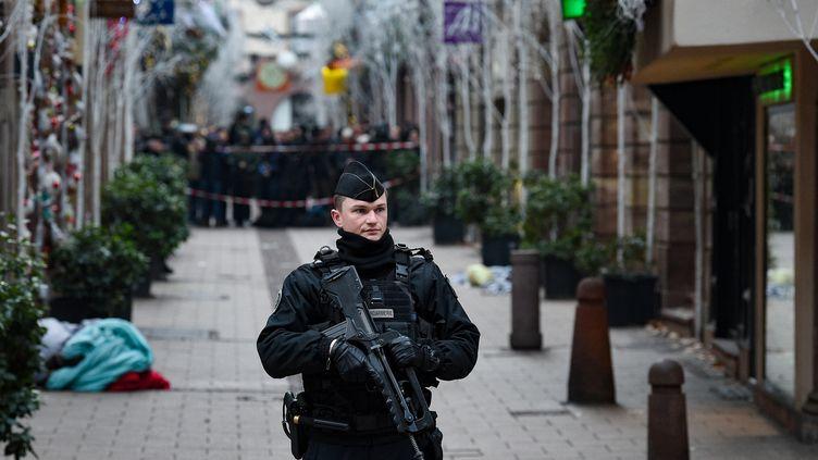Des forces de l'ordre dans les rues de Strasbourg (Bas-Rhin), le 12 décembre 2018. (PATRICK HERTZOG / AFP)