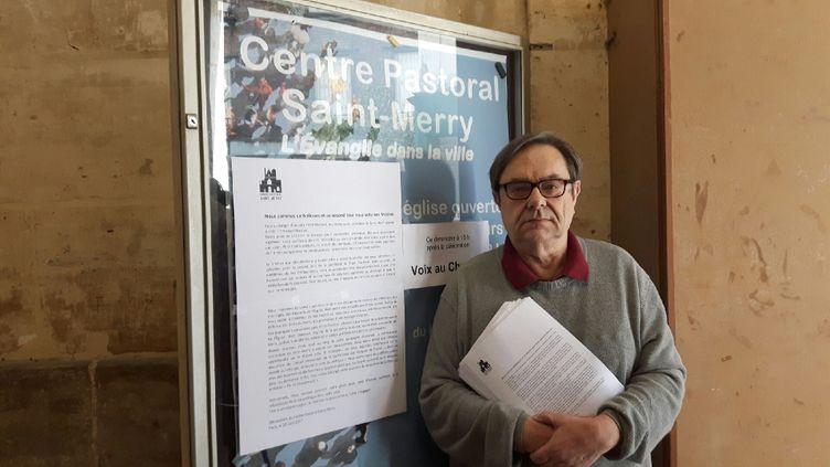Un des membres de l'équipe pastorale devant l'égliseSaint-Merry à Parisprêt à distribuer l'appel en faveur d'un vote Macron à la présidentielle, pour contrer le Front national. (RADIO FRANCE / VALENTINE JOUBIN)