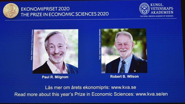 Les Américains Paul Milgrom et Robert Wilson ont reçu le prix Nobel d'économie, le 12 octobre 2020, pour leurs travaux sur la théorie des enchères. (ANDERS WIKLUND / TT NEWS AGENCY)