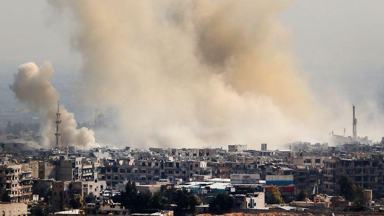 La fumée provenant des zones ciblées par les bombardements de l'armée syrienne sur Arbin et Harasta, près de Damas,le 21 février 2018. (AFP)