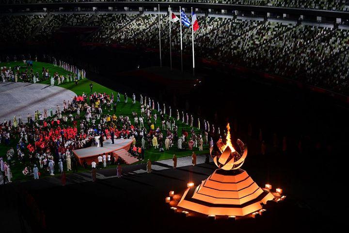 La vasque olympique lors de la cérémonie de clôture des Jeux olympiques de Tokyo, au stade olympique, le 8 août 2021. (PEDRO PARDO / AFP)