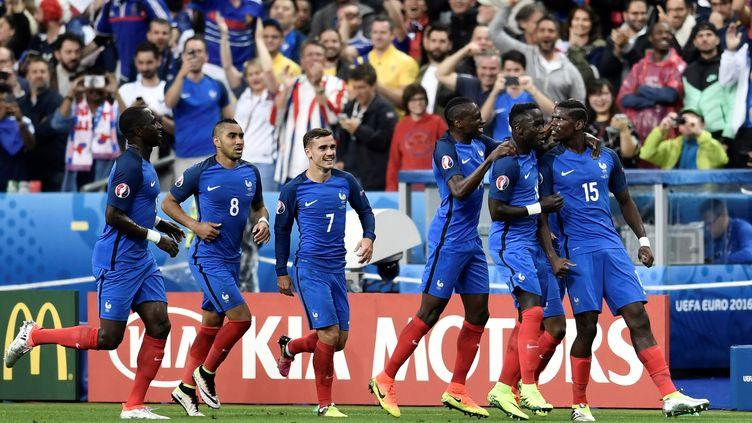 Les Bleus fêtent le but de Paul Pogba, dimanche 3 juillet au Stade de France, lors de leur victoire face à l'Islande (5-2). (PHILIPPE LOPEZ / AFP)