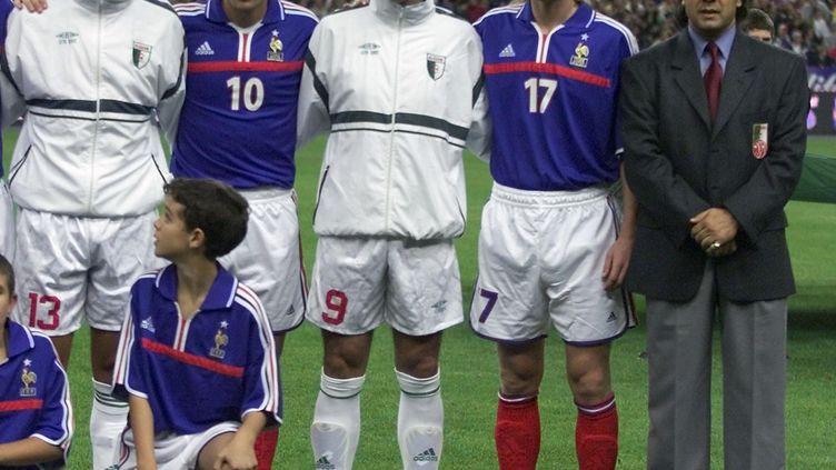 Les joueurs Zinedine Zidane, Mehdi Meniri, Farid Ghazi, Emmanuel Petitet l'entraîneurRabah Madjer avant le match amical entre la France et l'Algériele 6 octobre 2001. (OLIVIER MORIN / AFP)