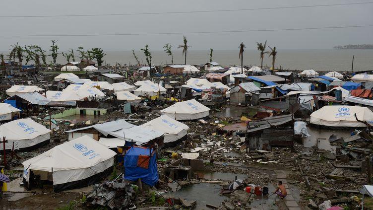 Des tentes dans un campement provisoire monté pour les déplacés du typhon Hayian, aux Philippines, le 25 décembre 2013. (TED ALJIBE / AFP)