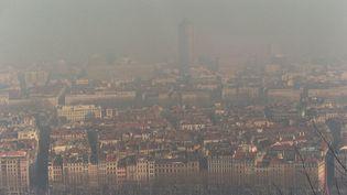 Le quartier de la Part-Dieu à Lyon sous une forte concentration de dioxyde de soufre, le14 janvier 1997. (GERARD MALIE / AFP)
