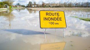 Une route inondée pendant un épisode de crue à Lamothe-Capdeville, dans le Tarn-et-Garonne, le 2 février 2021. (PATRICIA HUCHOT-BOISSIER / HANS LUCAS / AFP)