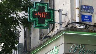 Une pharmacie affiche 40°C en août 2017, à Ajaccio. (PASCAL POCHARD-CASABIANCA / AFP)