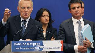 Le Premier ministre Jean-Marc Ayrault, ici accompagné des ministres Cécile Duflot et Manuel Valls, énonce les mesures décidées pour endiguer les violence à Marseille, jeudi 6 septembre à Paris. (CHARLES PLATIAU / REUTERS)