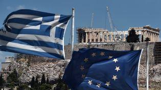 Les drapeaux grec et européen flottent devant le Parthénon, sur l'Acropole d'Athènes (Grèce), le 7 juillet 2015. (ARIS MESSINIS / AFP)