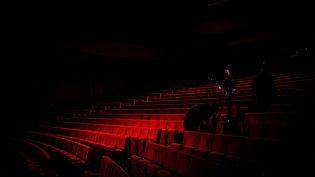 Preparation des cameras dans une salle de spectacle de Perpignan pour une diffusion en streaming sur les réseaux sociaux. Photo d'illustration. (IDHIR BAHA / HANS LUCAS)