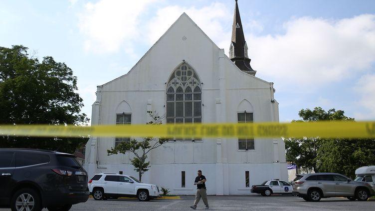 La police enquête autour de l'église dans laquelle ont été assassinées neuf personnes noires, le 19 juin 2015, à Charleston (Caroline du Sud). (JOE RAEDLE / GETTY IMAGES NORTH AMERICA / AFP)