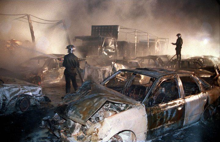 Des pompiers interviennent sur l'accident de l'autoroute A10, près de Mirambeau (Charente-Maritime), le 11 novembre 1993. (DERRICK CEYRAC / AFP)