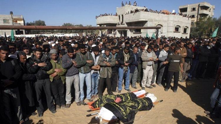 Une foule palestinienne entoure les dépouilles de deux combattants palestiniens tués par Tshal le 26 décembre 2010 (AFP/SAID KHATIB)