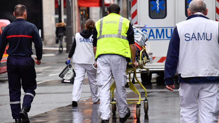 Un homme esttransportéà l'hôpital par le Samu et les pompiers, devant la gare de Lyon, à Paris, le 4 avril 2018. (JULIEN MATTIA / NURPHOTO / AFP)