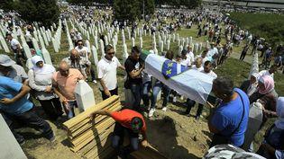 Des victimes du massacre deSrebrenica sont enterrées lors d'une cérémonie commémorative, le 11 juillet 2021, en Bosnie-Herzégovine. (SAMAR JORDAMOVIC / ANADOLU AGENCY / AFP)