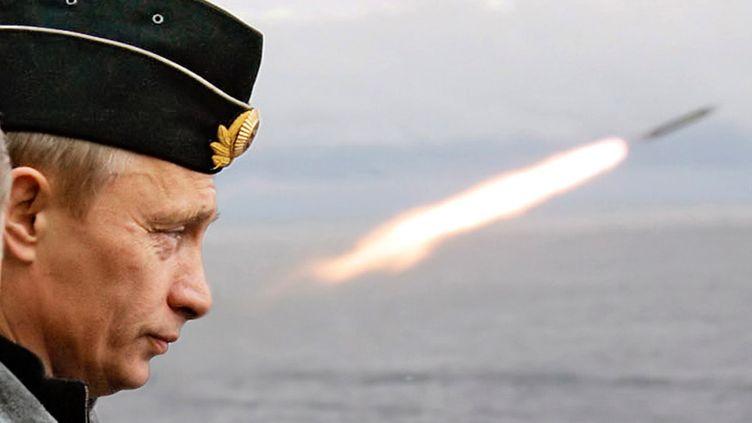 """Le président russe, Vladimir Poutine, observe le lancement d'un missile, lors d'exercices militaires, à bord du navire """"Pierre Le Grand"""", le 17 août 2005, dans l'Arctique. (ITAR TASS / REUTERS)"""