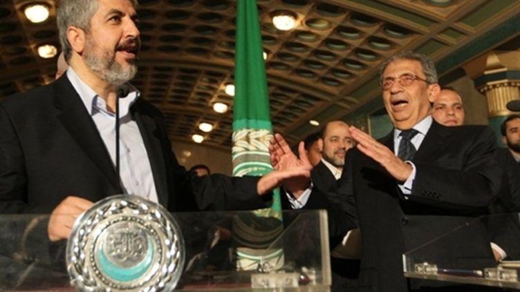 Le leader du Hamas Khaled Mechaal et le secrétaire général de la Ligue arabe Amr Moussa au Caire (3 mai 2011) (AFP / Khaled Desouki)