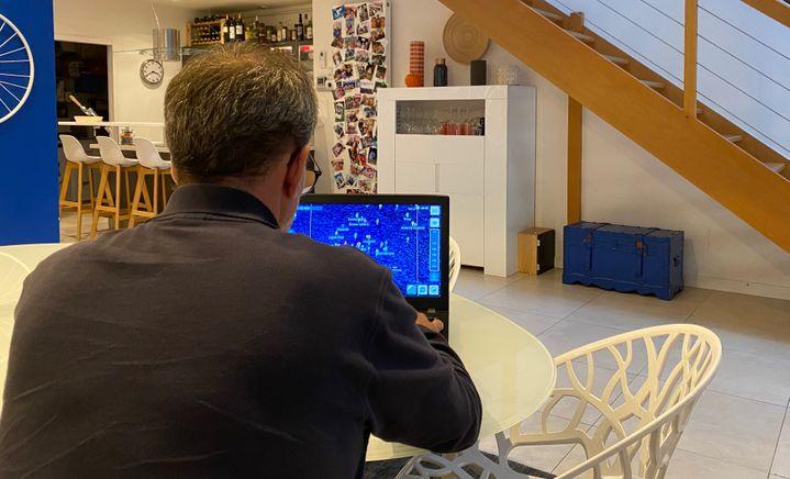 Christian Olry joue à Virtual Regatta sur son ordinateur, depuis sa maison.