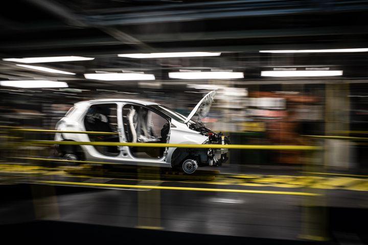 La voiture électrique Renault Zoe et l'hybride Nissan Micra sont fabriquées à Flins (Yvelines). (MARTIN BUREAU / AFP)