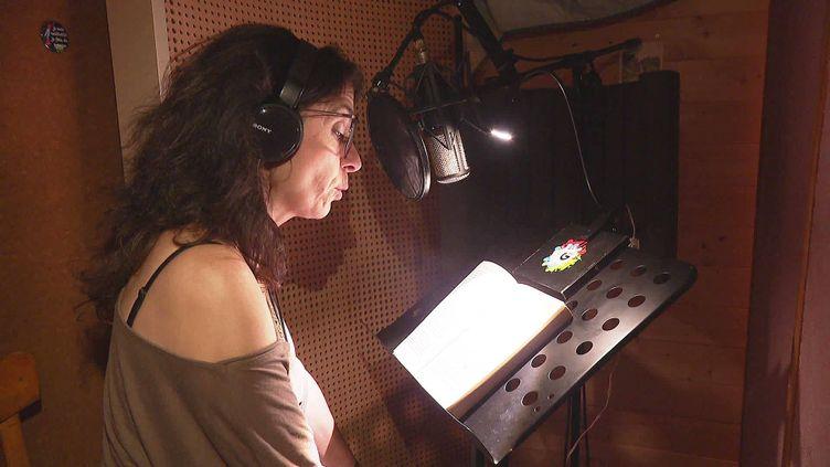 """Jennifer Anderson enregistre """"Les Passeurs de livres de Daraya"""" de Delphine Minoui (France 3 Aura)"""