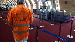 Un médecin d'Aéroport de Paris, à l'aéroport Roissy-Charles-de-Gaulle, le 14 mai 2020 (IAN LANGSDON / EPA POOL / AFP)