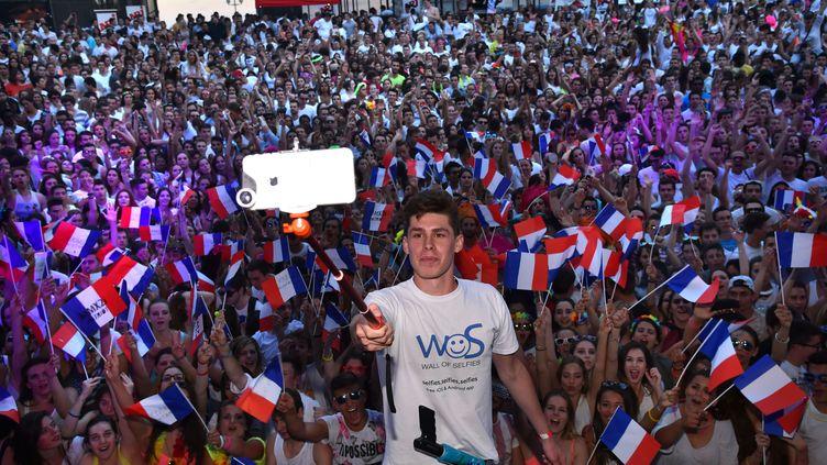Tom Bittmann réalise un selfie devant plus de 2 000 personnes, le 26 mai 2015, à Nice (Alpes-Maritimes). (BRUNO BEBERT / SIPA)