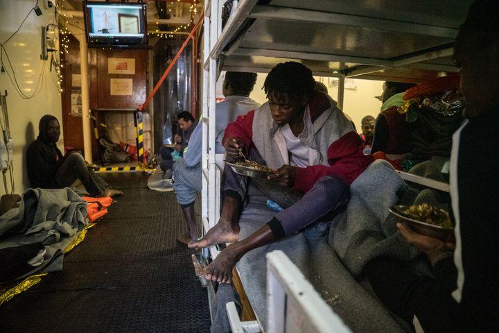 Les 32 migrants à bord du Sea Watch depuis le 22 décembre se protègent du mauvais temps dans un espace de 30 m2. (FEDERICO SCOPPA / AFP)