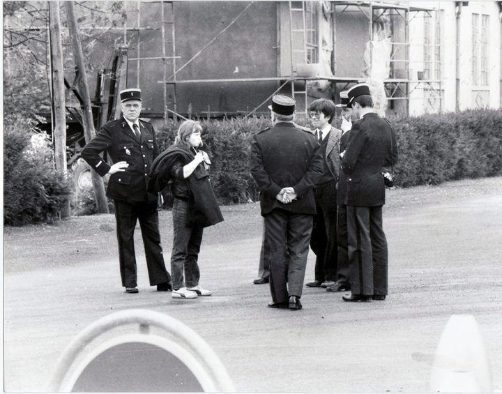 Murielle Bolle entourée des gendarmes et du juge Lambert le 7 novembre 1984. (MAXPPP)
