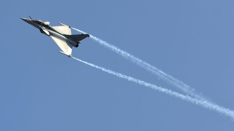 Le Rafale du groupe français Dassault effectue un vol de démonstration le 6 février 2013 à Bangalore (Inde). (REUTERS)