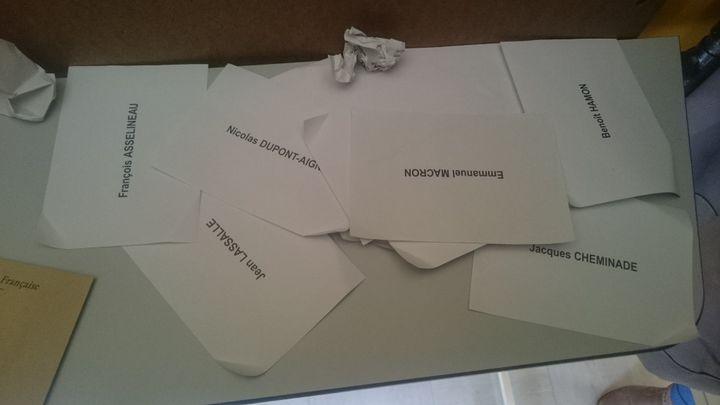 Des bulletins des candidats pourtant éliminés ont été retrouvés dans un bureau de vote de Châteaubriant (Loire-Atlantique), lors du second tour de la présidentielle, le 7 mai 2017. (FRANCEINFO / FACEBOOK ANTOINE ELIN)