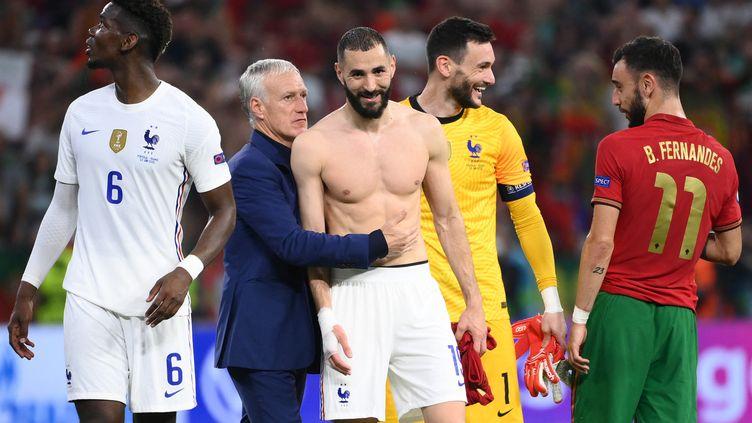 Didier Deschamps et Karim Benzema (au centre) après le match entre la France et le Portugal, le 23 juin 2021. (FRANCK FIFE / POOL / AFP)
