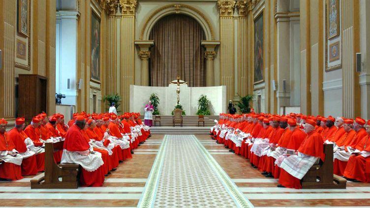 Les cardinaux rassemblés pour une messe avant de s'enfermer dans la chapelle Sixtine pour le conclave, le 18 avril 2005. ( REUTERS)