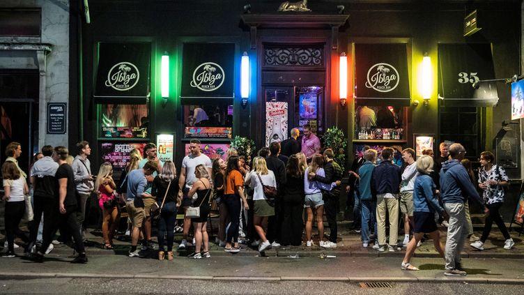 Desclients à la sortie d'un bar de Copenhague (Danemark), le 21 août 2020. (OLAFUR STEINAR GESTSSON / RITZAU SCANPIX / AFP)