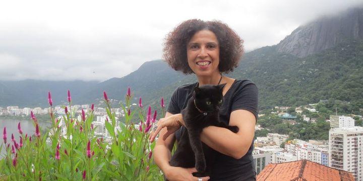 Paula Morelenbaum et son chat intimidé. En haut à droite, les nuages masquent le sommet du Corcovado... (3 avril 2013)  (A. Yanbékian)