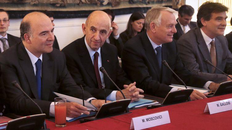 De gauche à droite, Pierre Moscovici, Louis Gallois, Jean-Marc Ayrault et Arnaud Montebourg, en réunion à Matignon,après la remise du rapport sur la compétitivité, le 5 novembre 2012. (PIERRE VERDY / AFP)