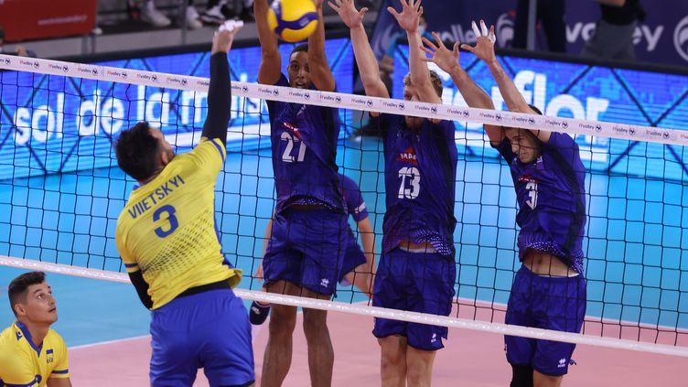 L'équipe de France masculine de volley face à l'Ukraine, le 26 août 2021, à Belfort. (LIONEL VADAM  / L'EST REPUBLICAIN / MAXPP)