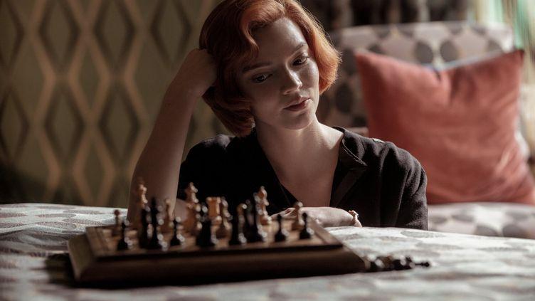 Beth Harmon, prodige des échecs dans Le Jeu de la Dame, la série la plus vue sur Netflix.