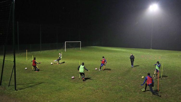 A l'aube ou avant le couvre-feu, certains clubs amateurs reprennent l'entraînement en effectif réduit. (DAREK SZUSTER / MAXPPP)