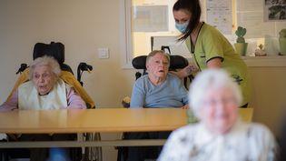Une infirmière portant un masque parle avec des résidants d'un Ehpad de Brest, le 4 mars 2020. (LOIC VENANCE / AFP)