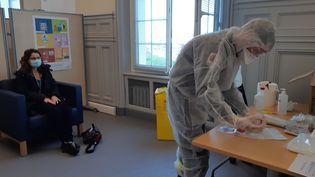 Une volontaire au dépistage patiente chez Safran, lors de la première journée de dépistage massif du Covid-19 organisée au Havre, le 14 décembre 2020. (SOLENNE LE HEN / RADIO FRANCE)