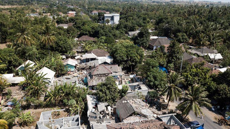 Une photo aérienne montrant les dégâts dans le village deSugian, sur l'île indonésienne de Lombok, le 21 août 2018, après les séismes qui ont frappé l'Indonésie. (FRED DUFOUR / AFP)